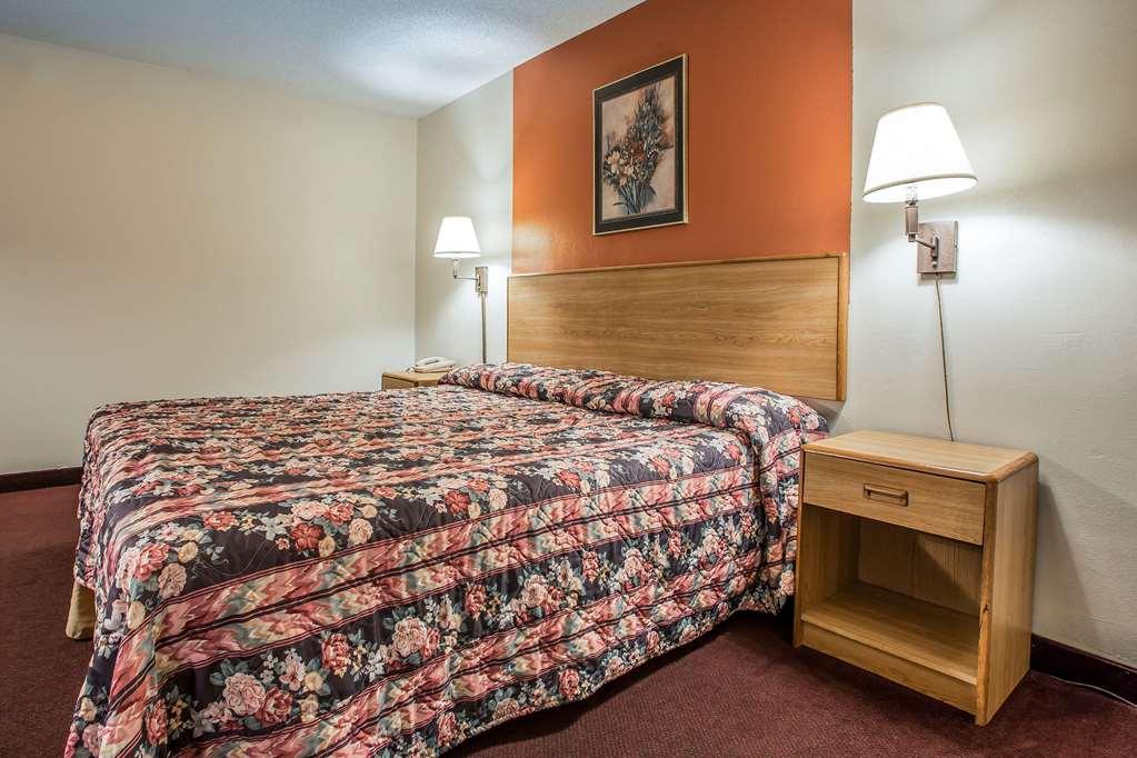 Econo Lodge Breezewood - Breezewood, PA 15533