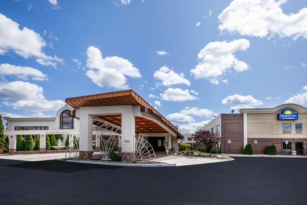 Days Inn & Suites Rochester Hills