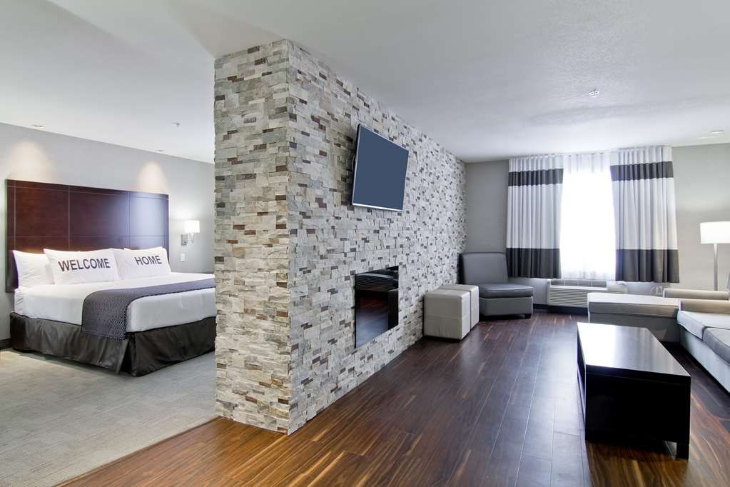 Home Inn & Suites Regina Airport Hotel