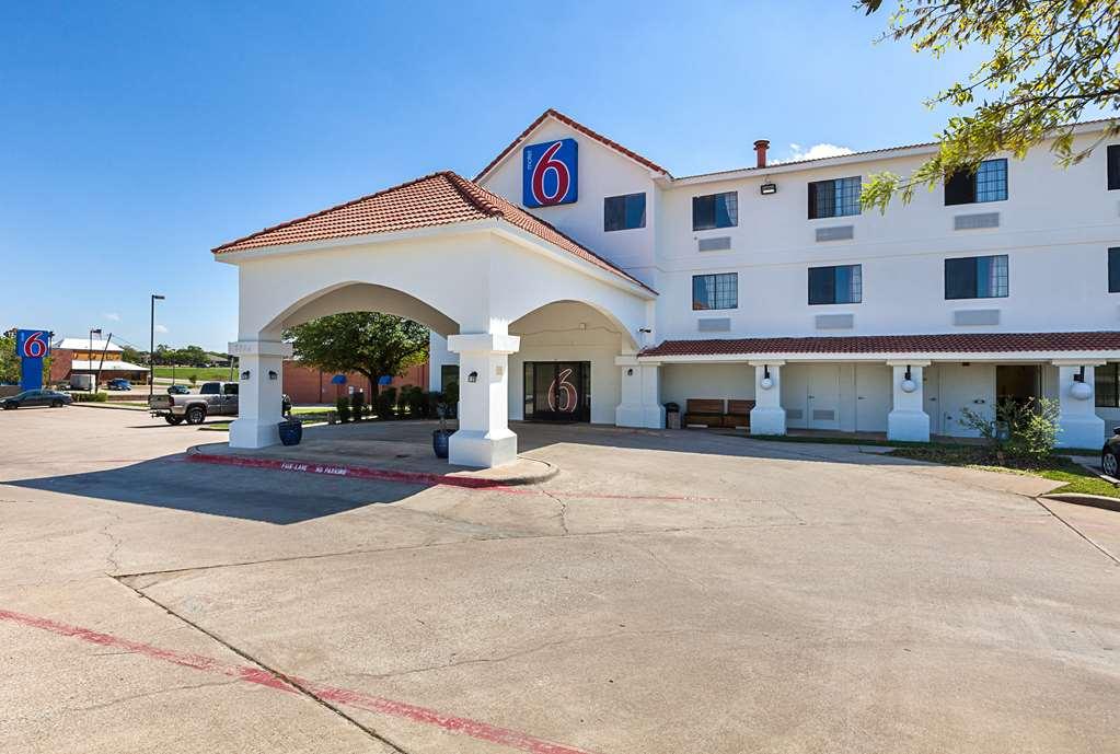 Motel 6 Bedford - Bedford, TX 76095