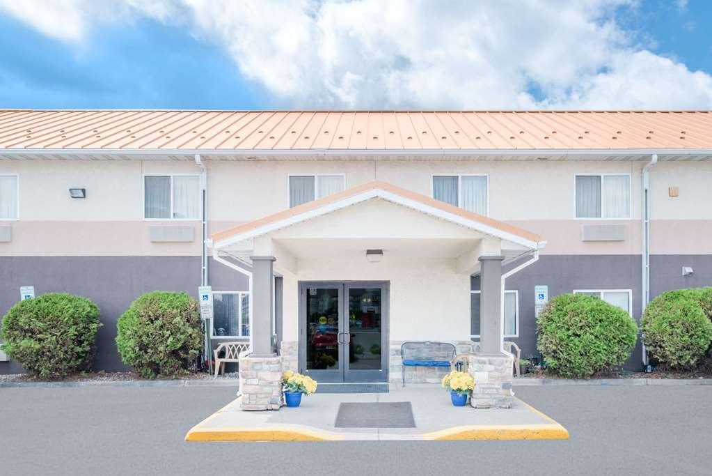 Days Inn & Suites Fargo 19th Ave
