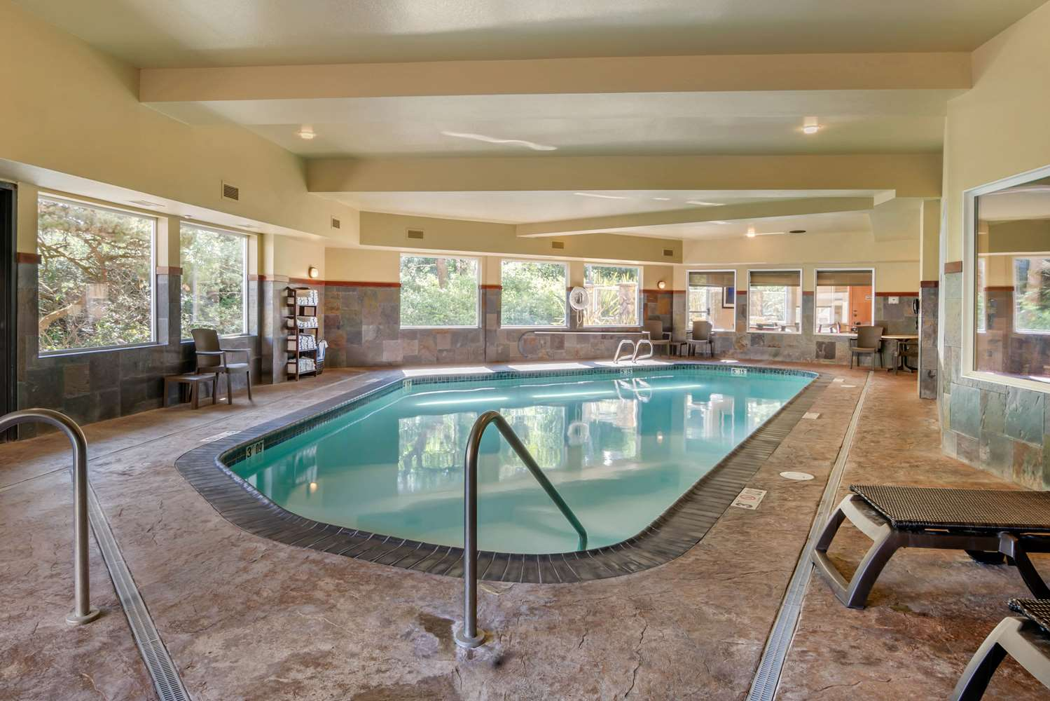 Pool - Comfort Inn & Suites Lincoln City