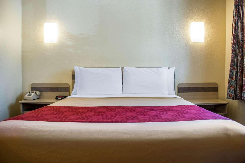 Room - Econo Lodge Meadville