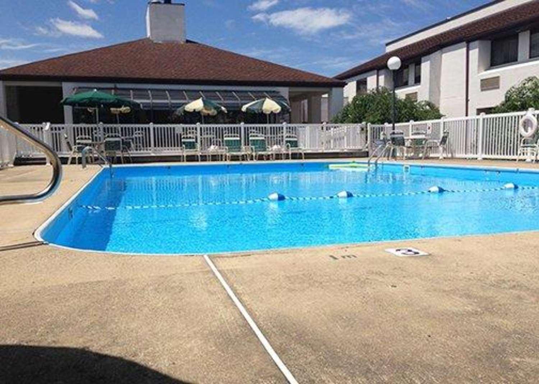 Pool - Quality Inn New Columbia