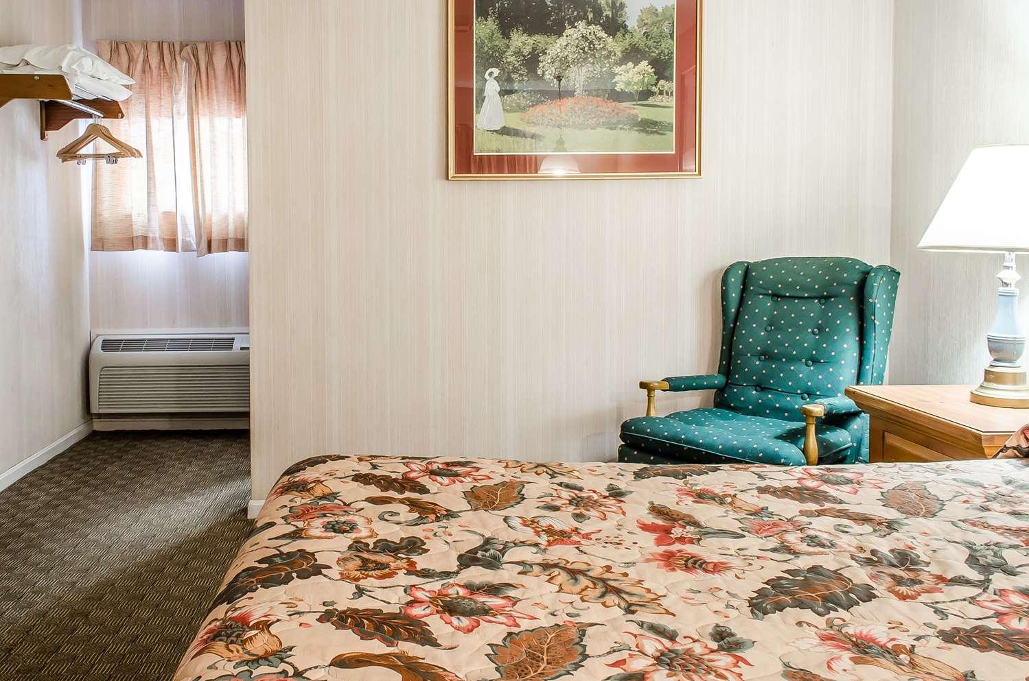 Room - Rodeway Inn Akron