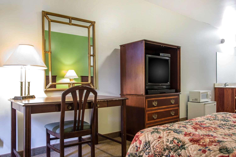 Room - Rodeway Inn Paradise