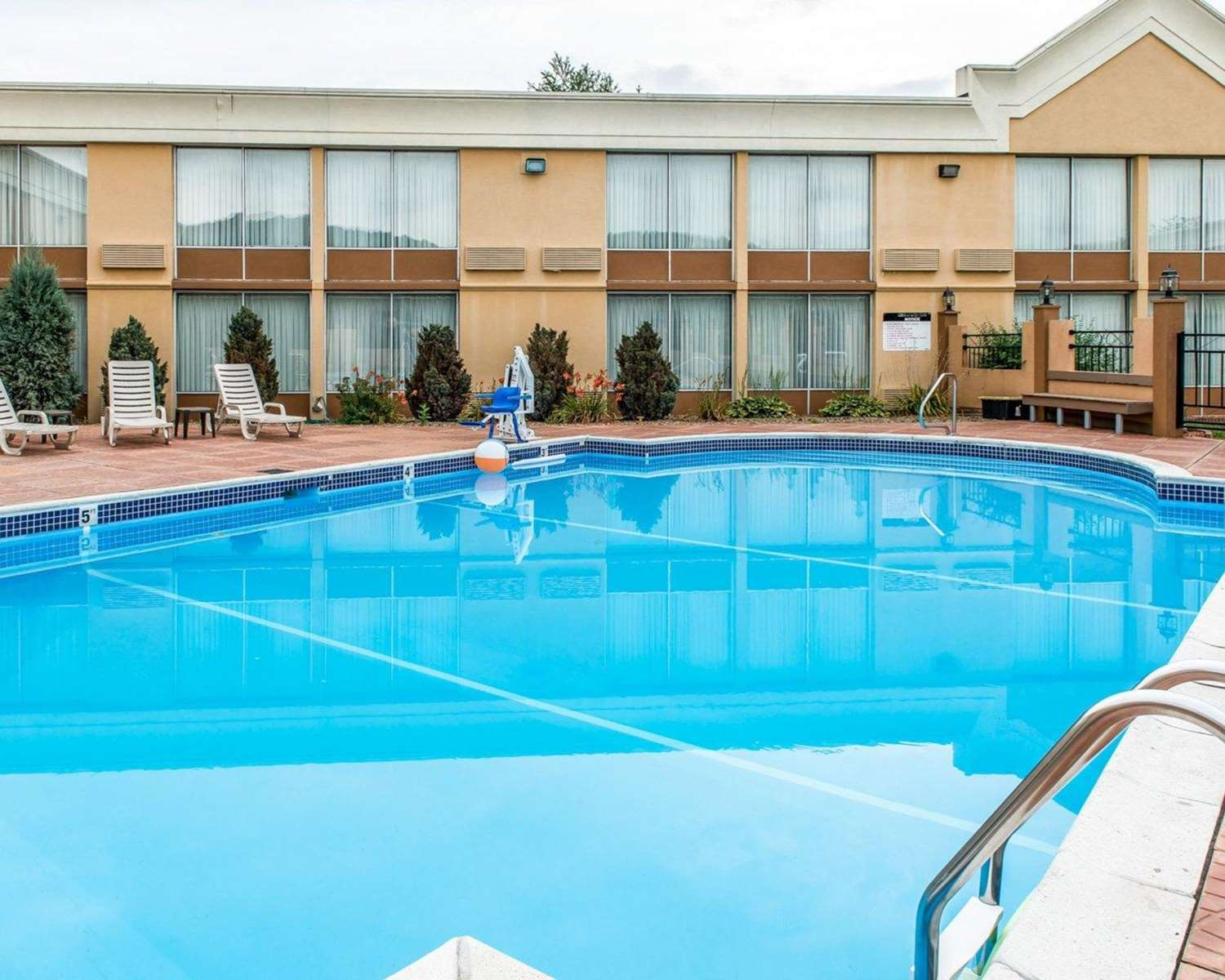 Pool - Quality Inn & Suites Indiana