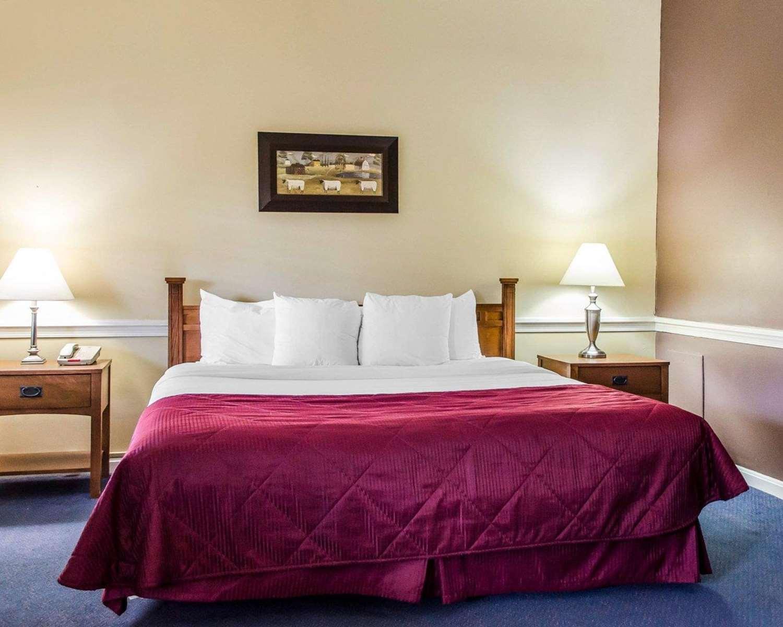 Room - Clarion Inn Historic Strasburg