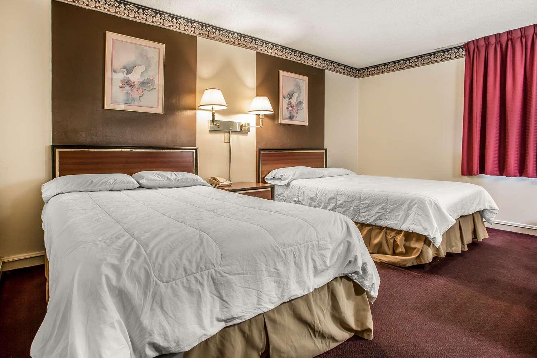 Room - Econo Lodge Breezewood