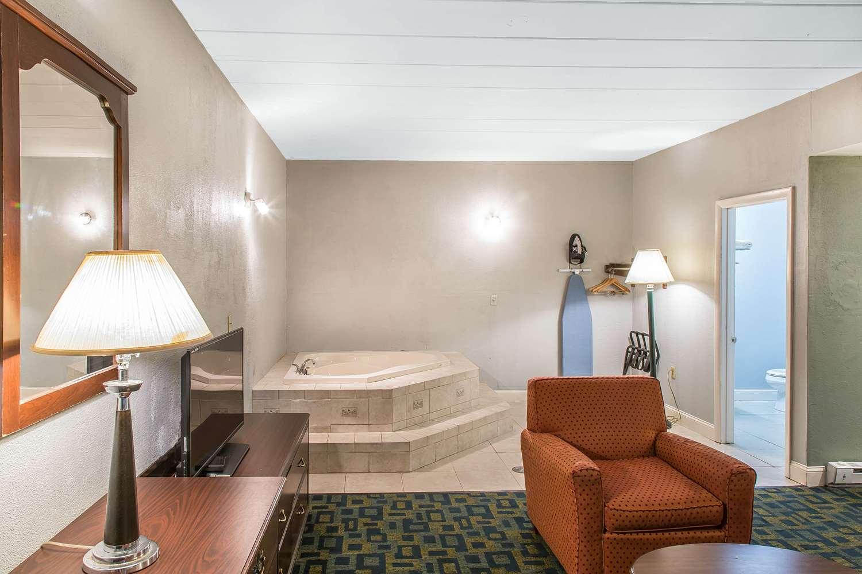 Suite - Econo Lodge Cranston