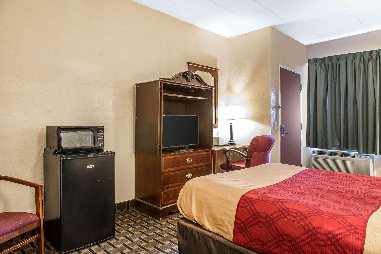 Room - Econo Lodge Cranston