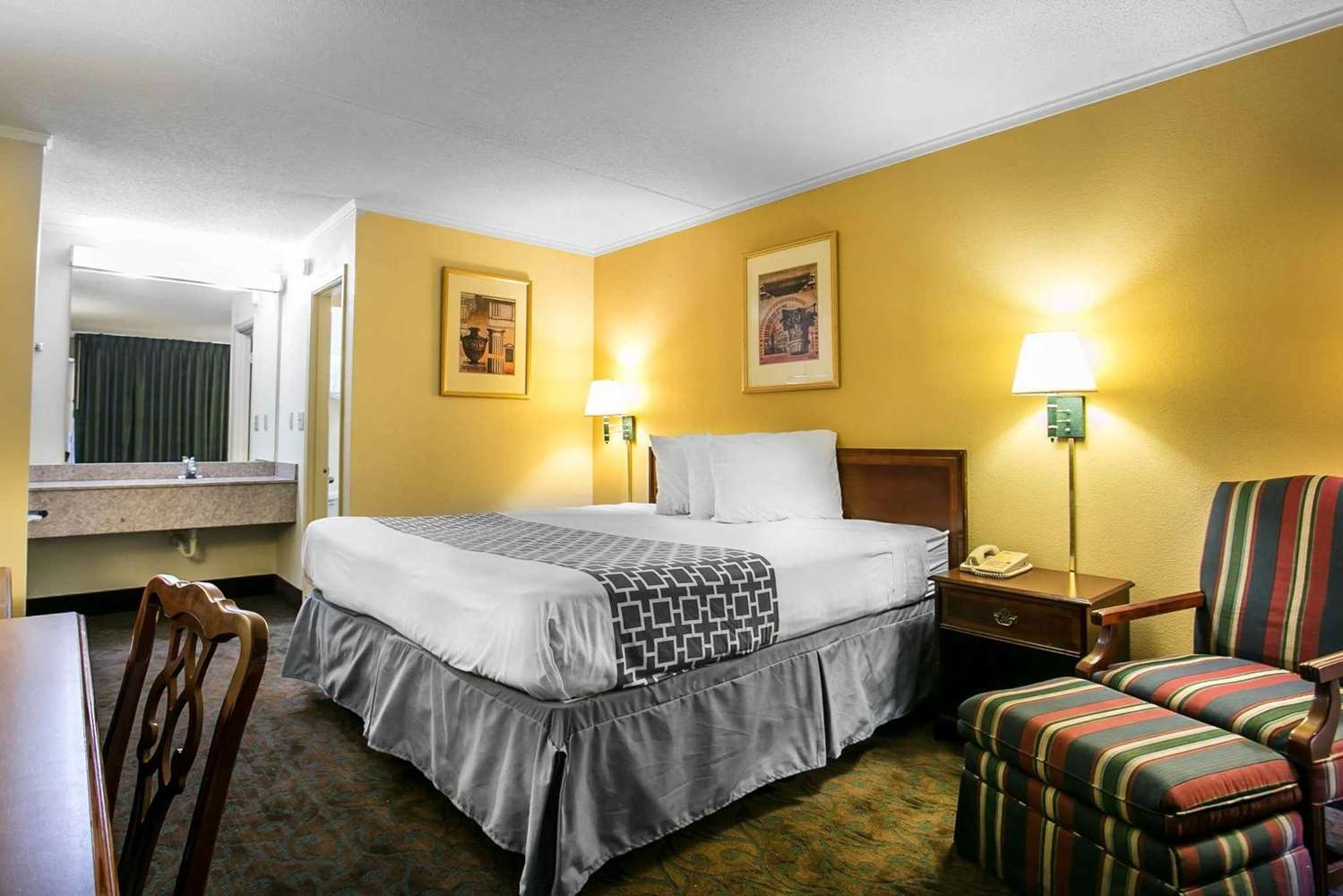 Room - Rodeway Inn & Conference Center Columbia
