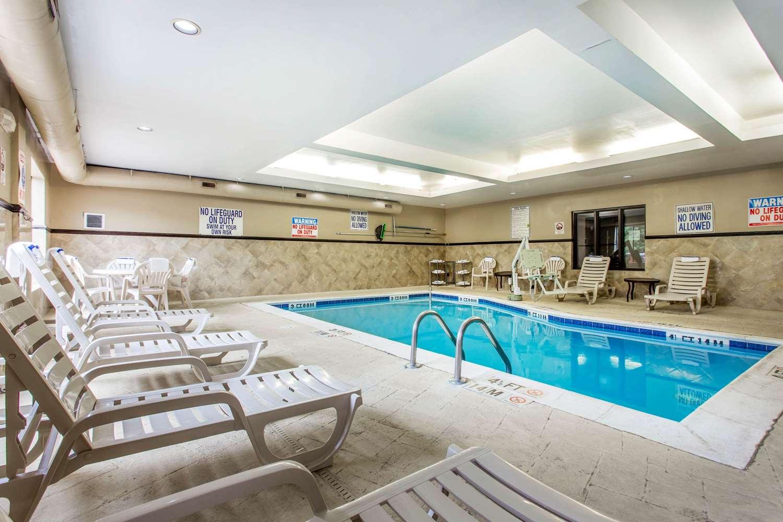 Pool - Comfort Suites Clinton