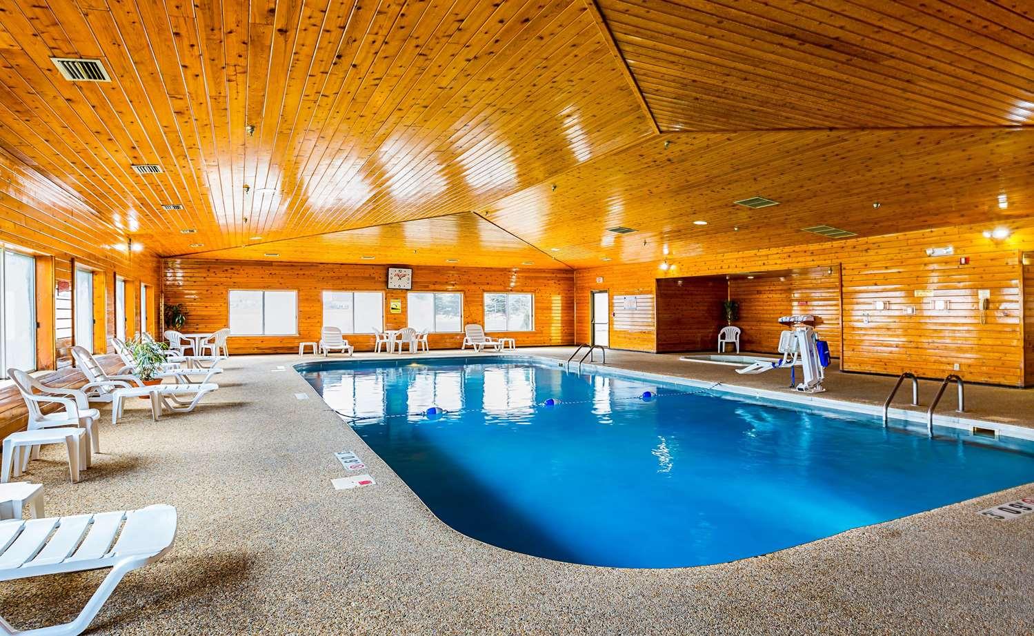 Pool - Quality Inn Mitchell