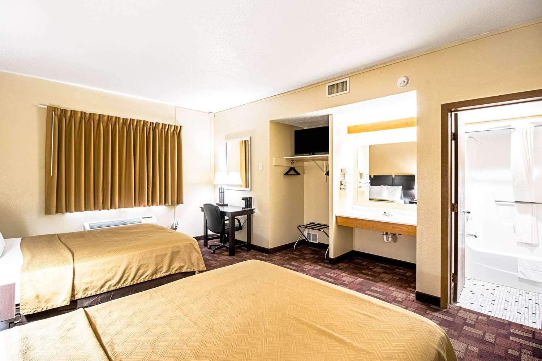Room - Econo Lodge Watertown