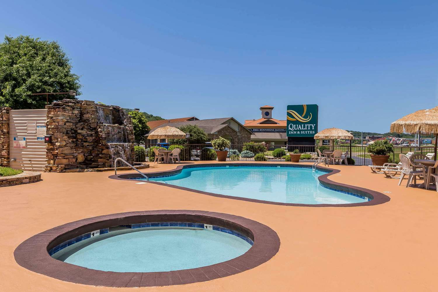 Pool - Quality Inn & Suites Sevierville
