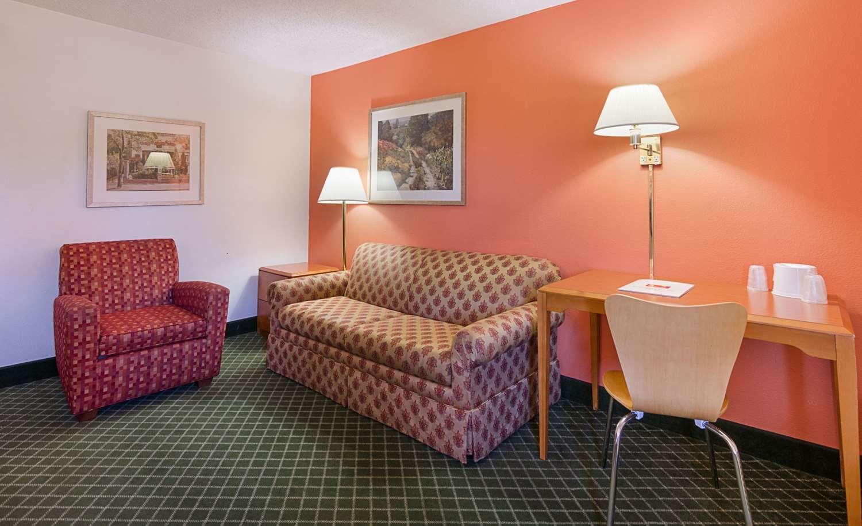 Suite - Econo Lodge Inn & Suites Johnson City