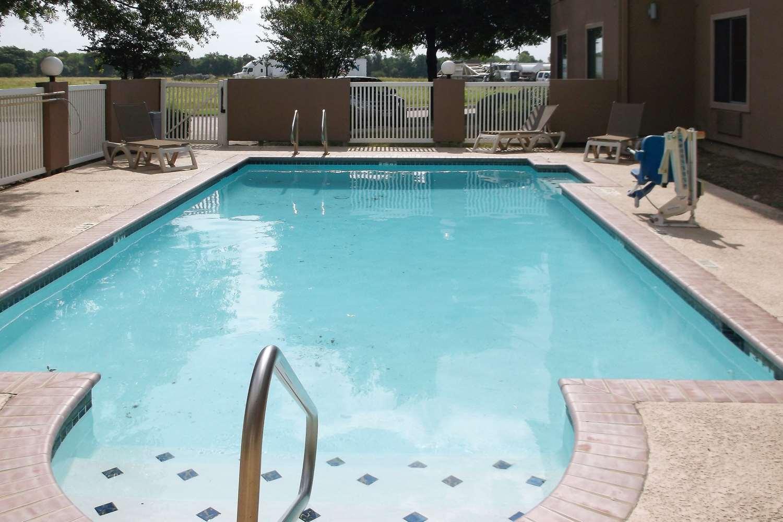 Pool - Comfort Inn & Suites Seguin