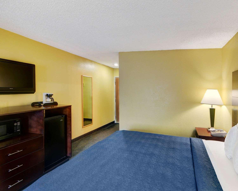 Room - Quality Inn & Suites Grand Prairie