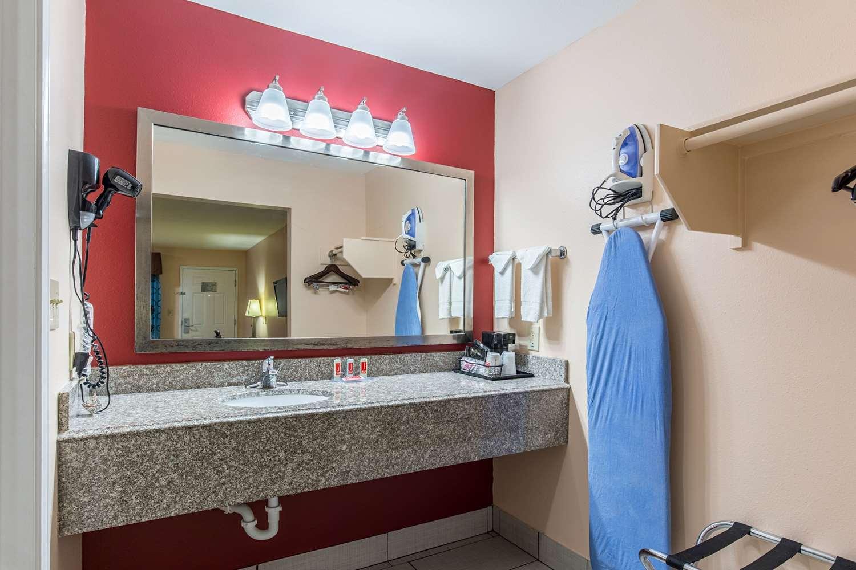 Room - Econo Lodge Inn & Suites Bridge City