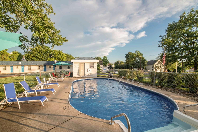 Pool - Rodeway Inn US 7 Rutland