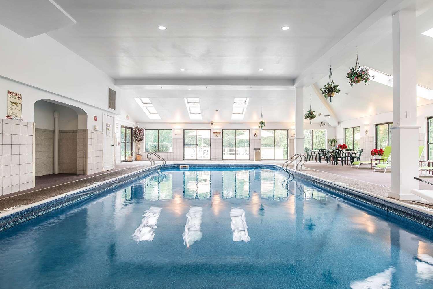 Pool - Quality Inn Shelburne