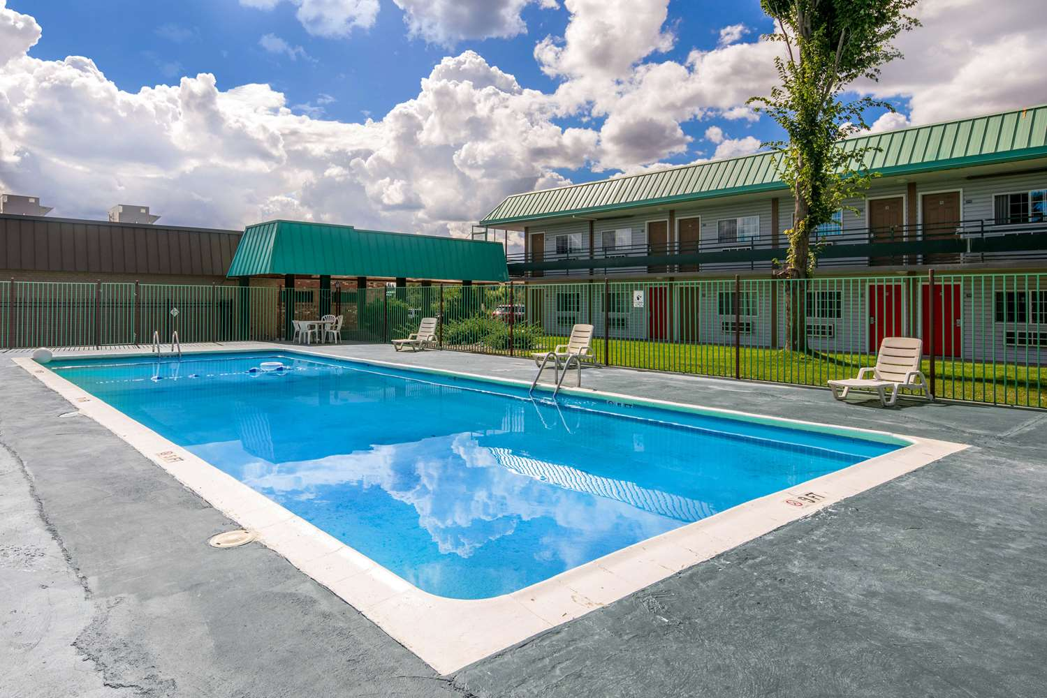 Pool - Econo Lodge & Suites Spokane