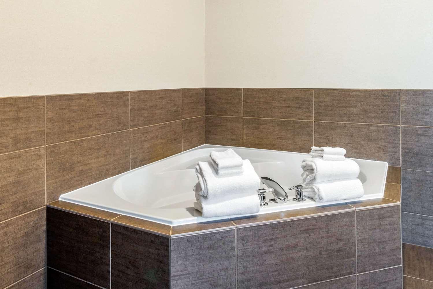 Room - Comfort Suites Yakima