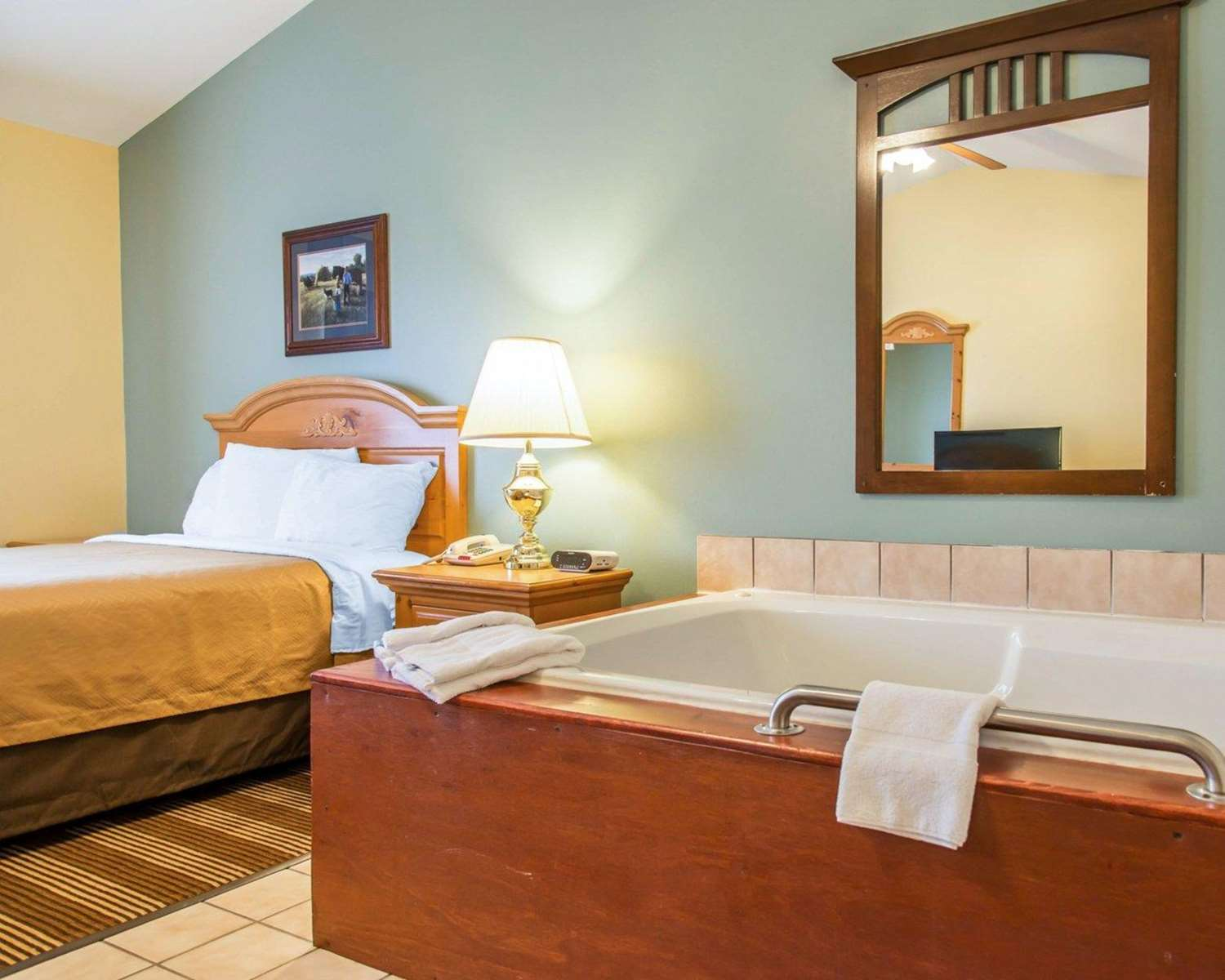 Room - Econo Lodge Inn & Suites Eau Claire