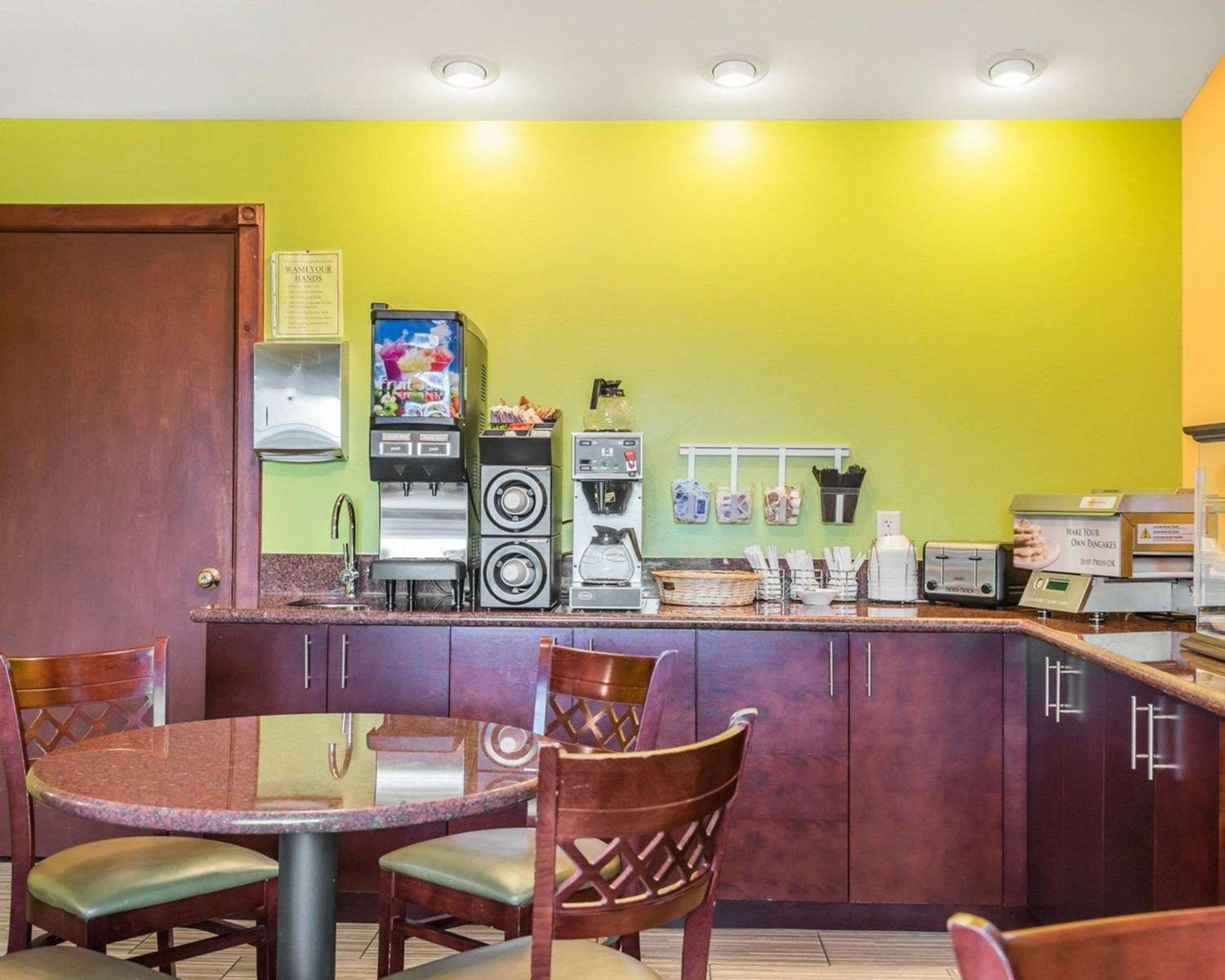 Restaurant - Econo Lodge Inn & Suites Eau Claire