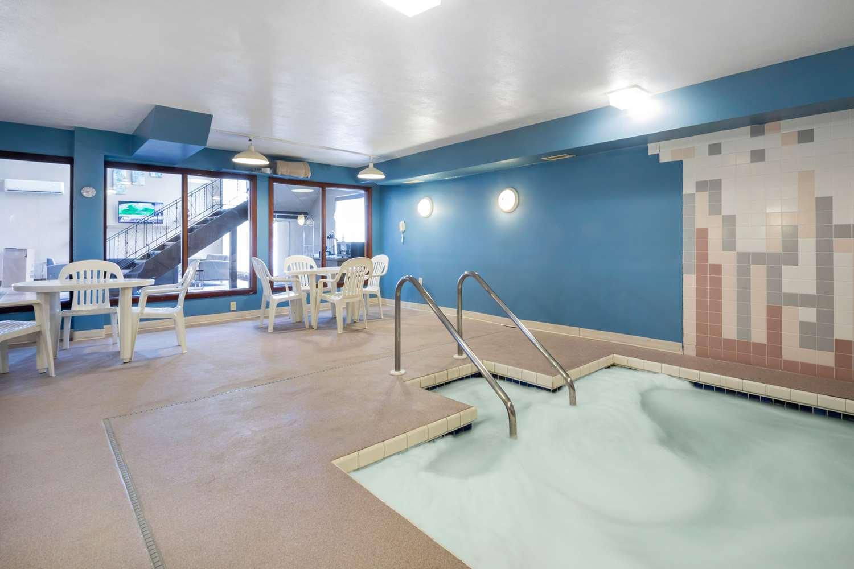 Pool - Econo Lodge La Crosse