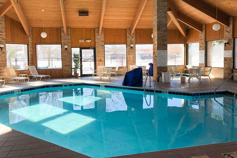Pool - Quality Inn & Suites Sun Prairie