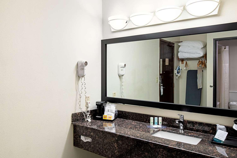 Suite - Quality Inn Milwaukee