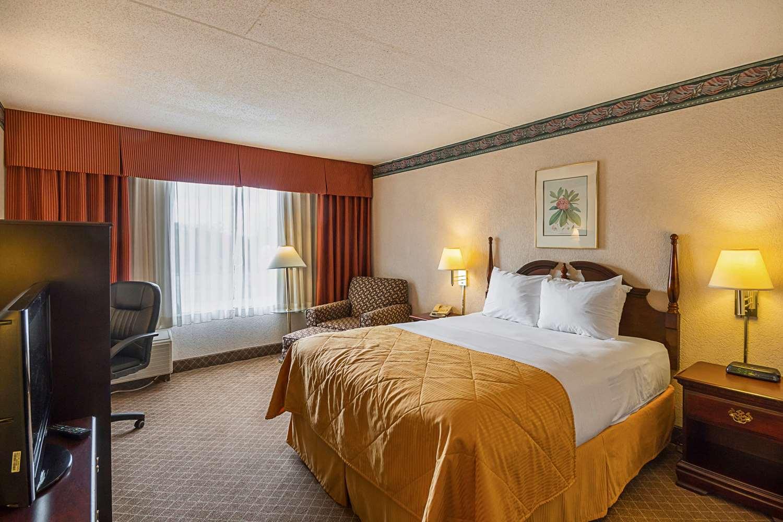 Room - Clarion Inn Fairmont