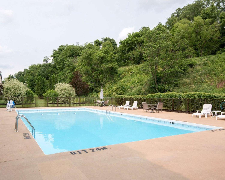 Pool - Clarion Inn Fairmont