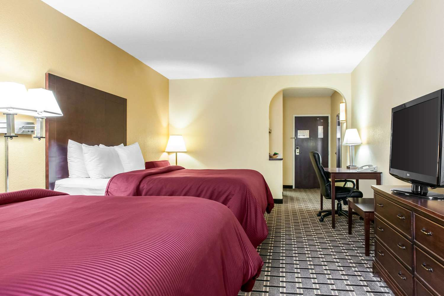 Room - Clarion Inn & Suites Northwest Indianapolis