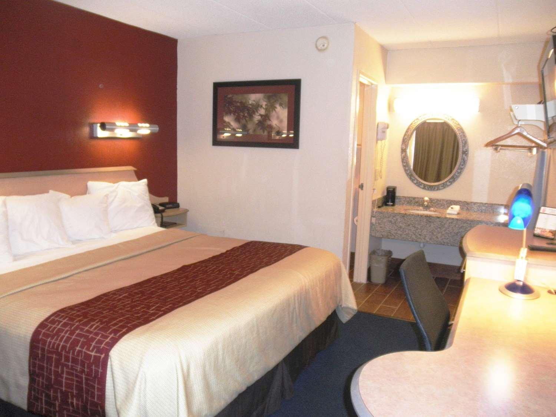 Room - Rodeway Inn Fort Wayne
