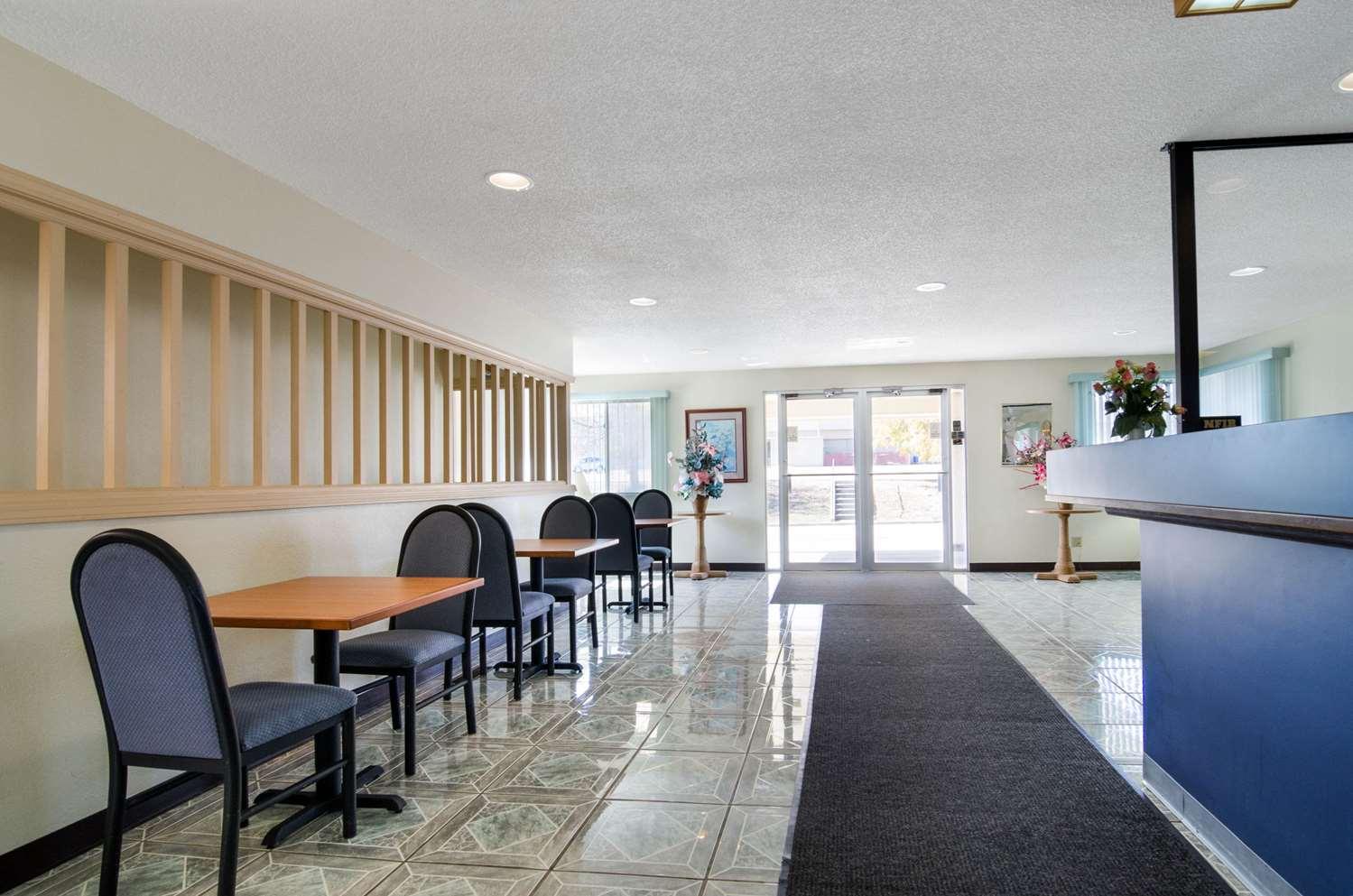 Lobby - Econo Lodge Emporia