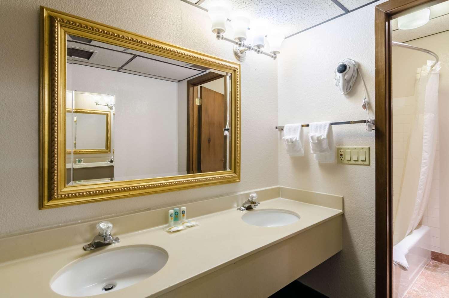 Room - Quality Inn & Suites Salina