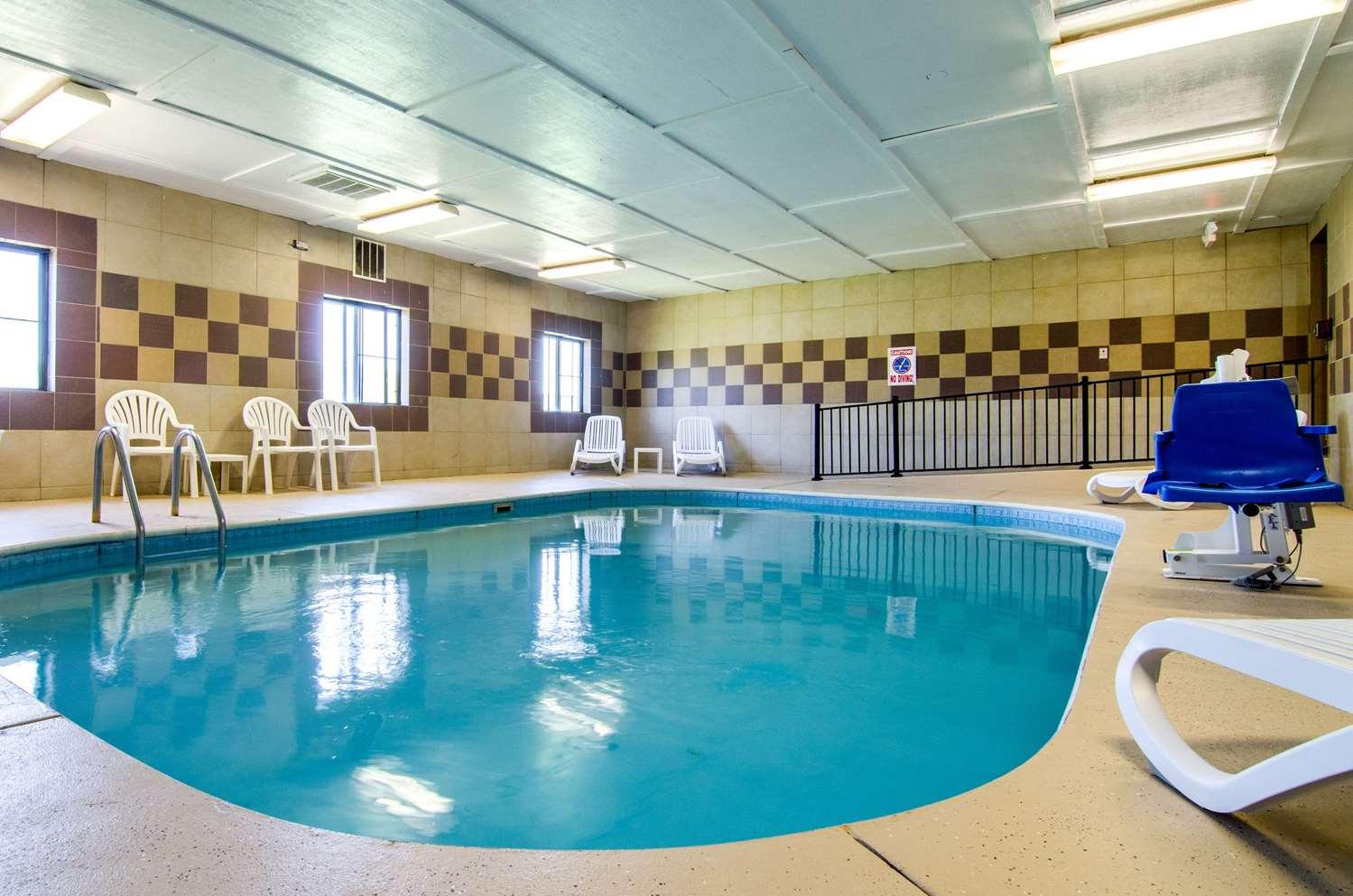 Pool - Quality Inn Great Bend