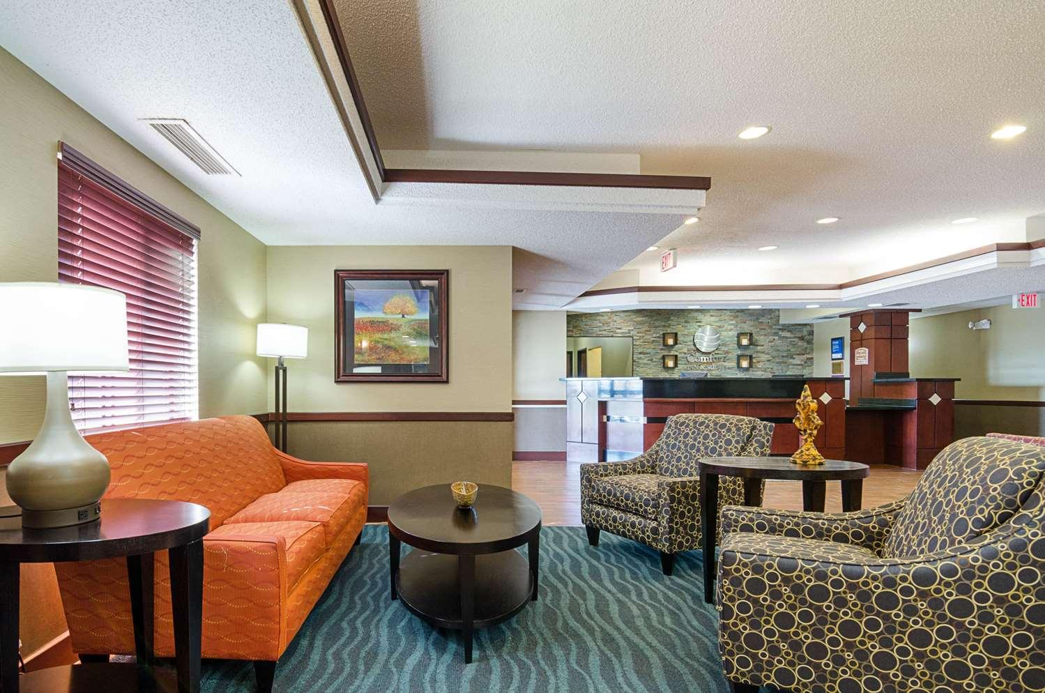 Lobby - Comfort Inn & Suites Hutchinson