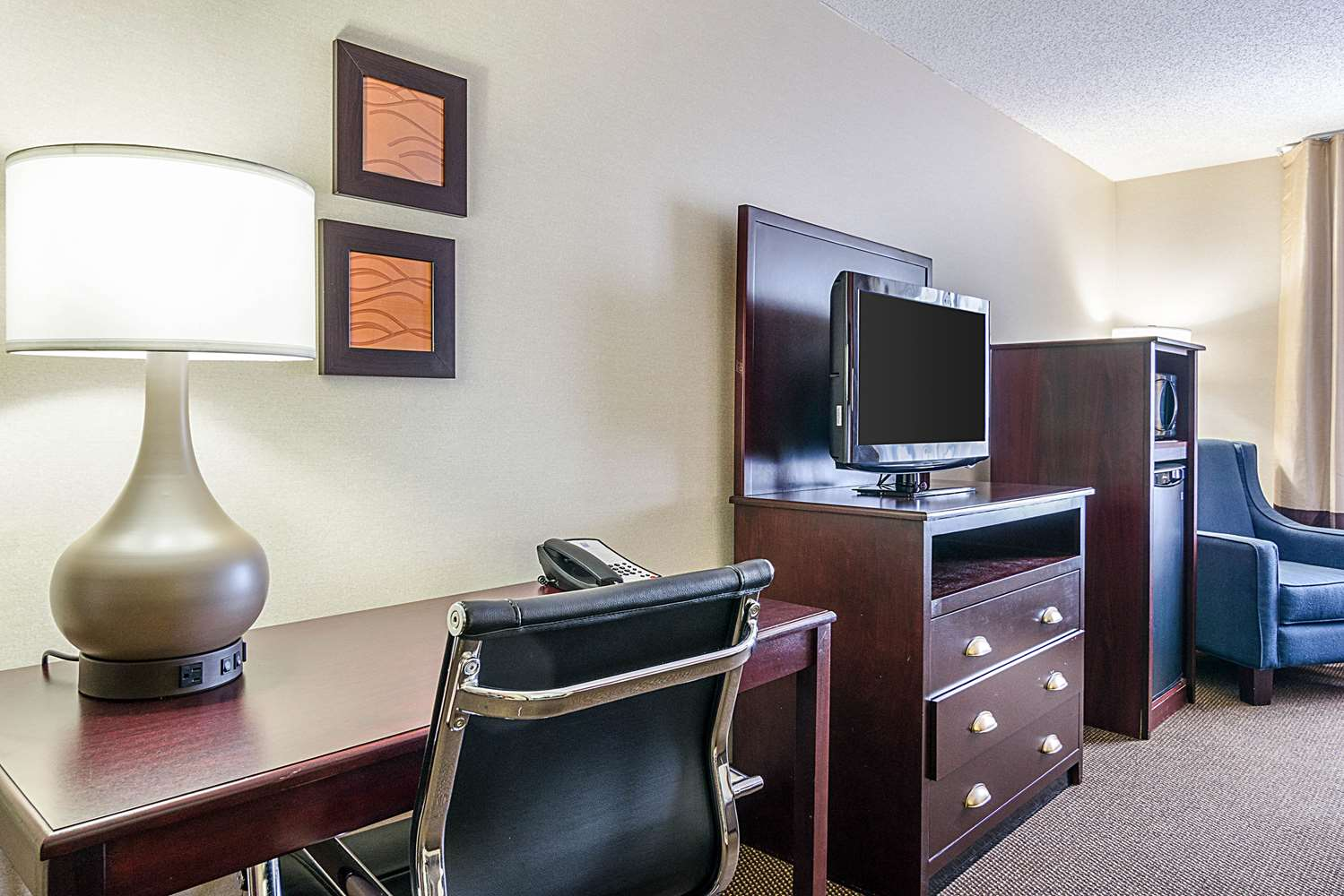 Room - Comfort Inn & Suites Hutchinson
