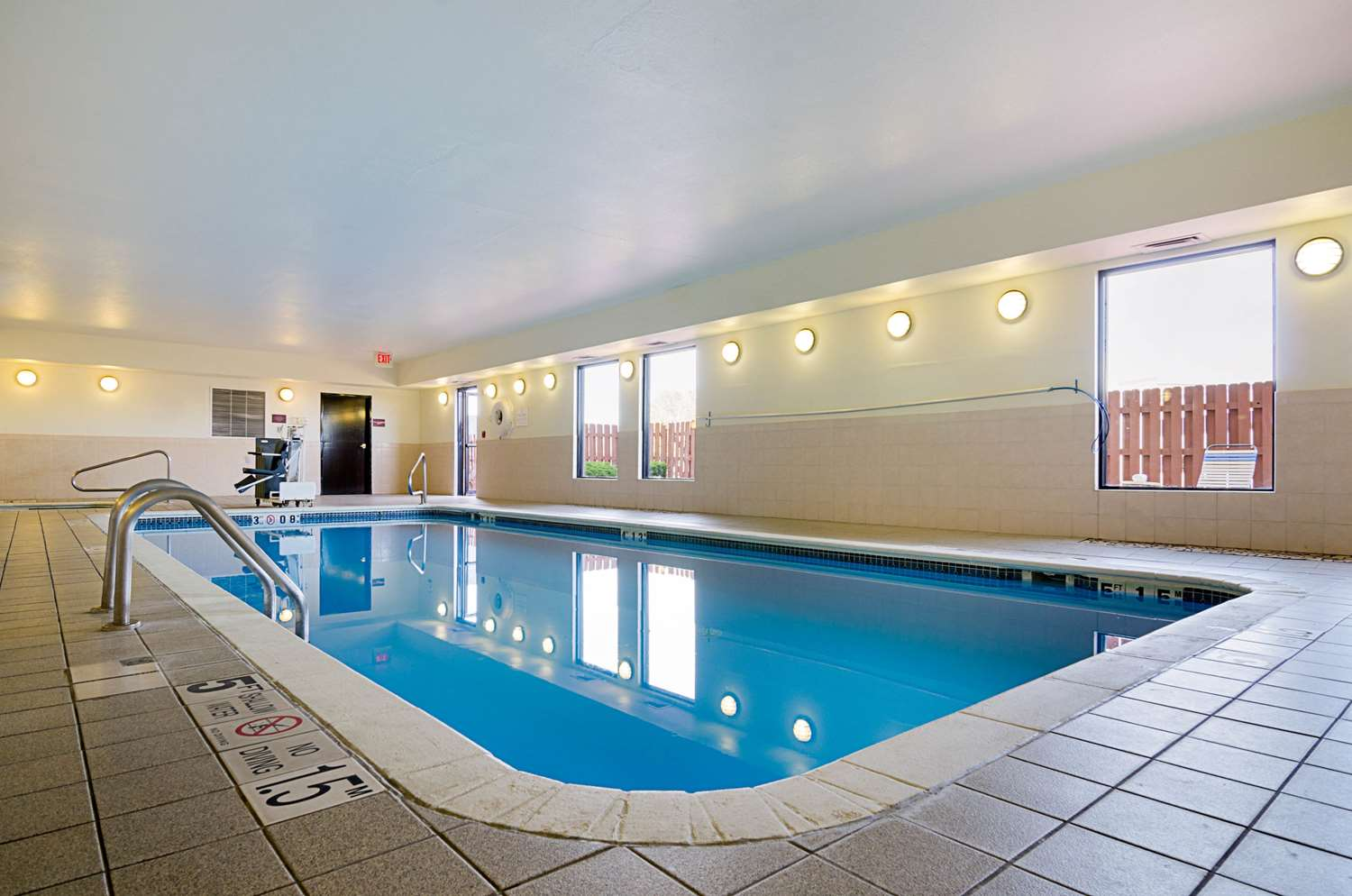 Pool - Comfort Inn & Suites Hutchinson