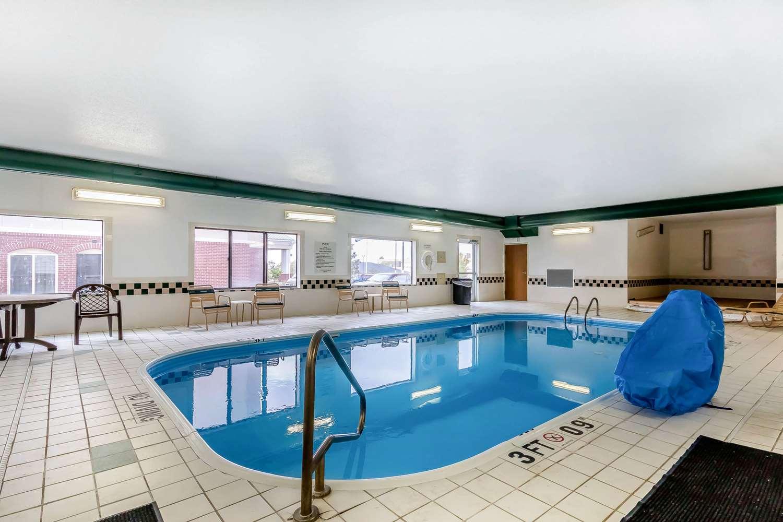Pool - Quality Inn & Suites Emporia
