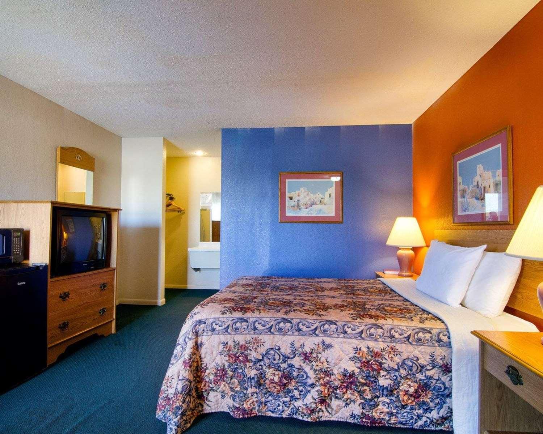 Room - Rodeway Inn Emporia