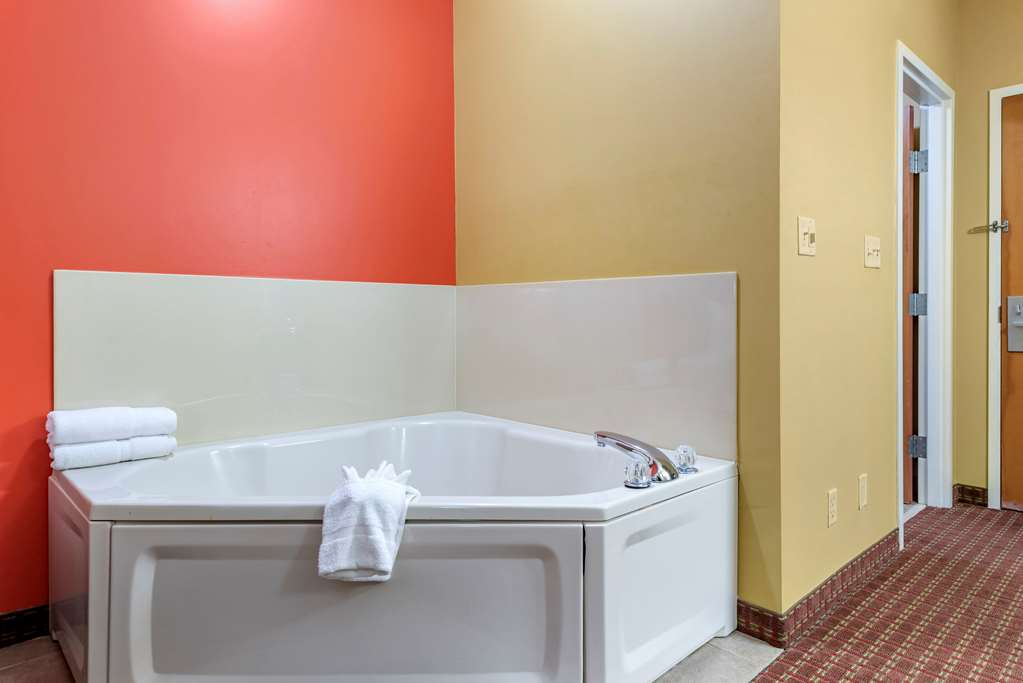 Guest room with whirlpool bathtub