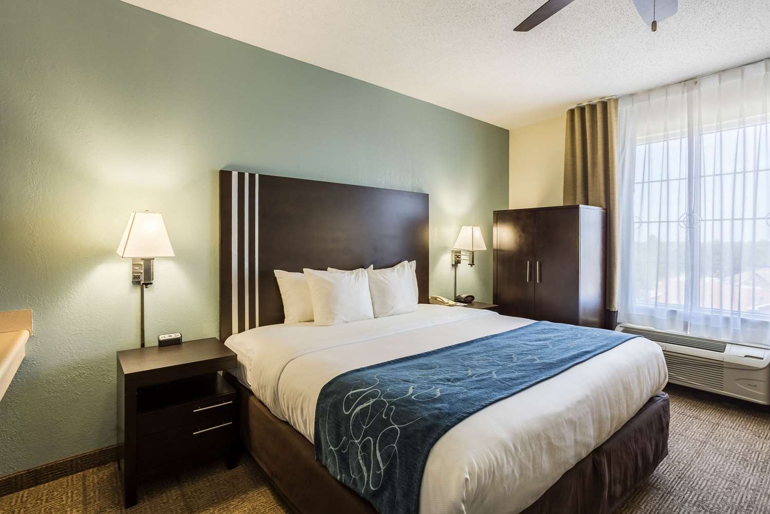 Room - Comfort Suites New Orleans East