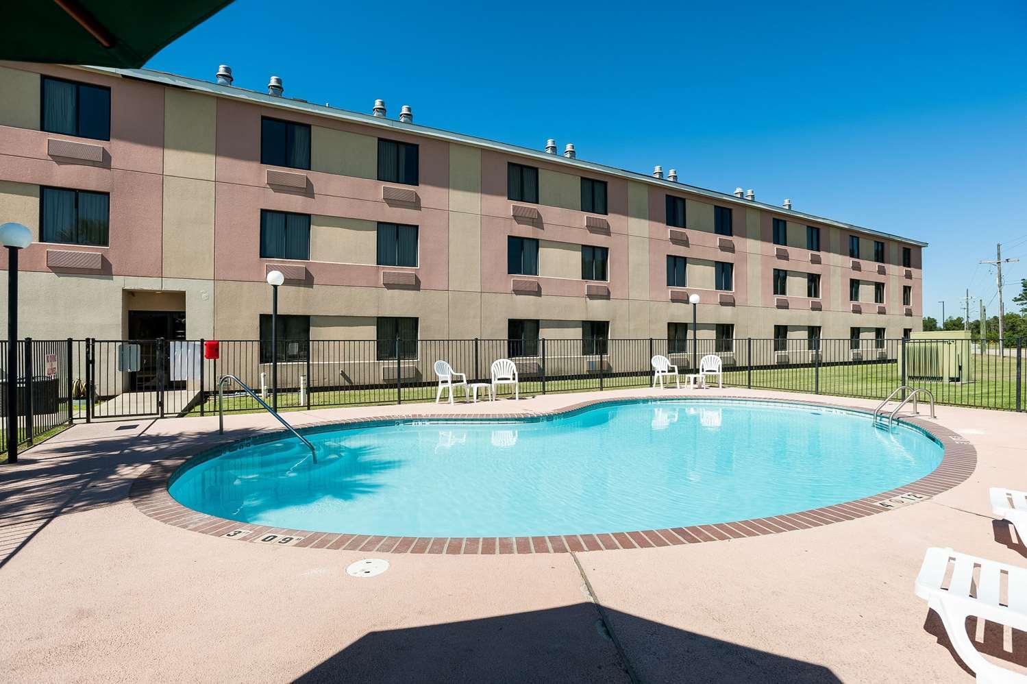 Pool - Quality Inn & Suites Lake Charles