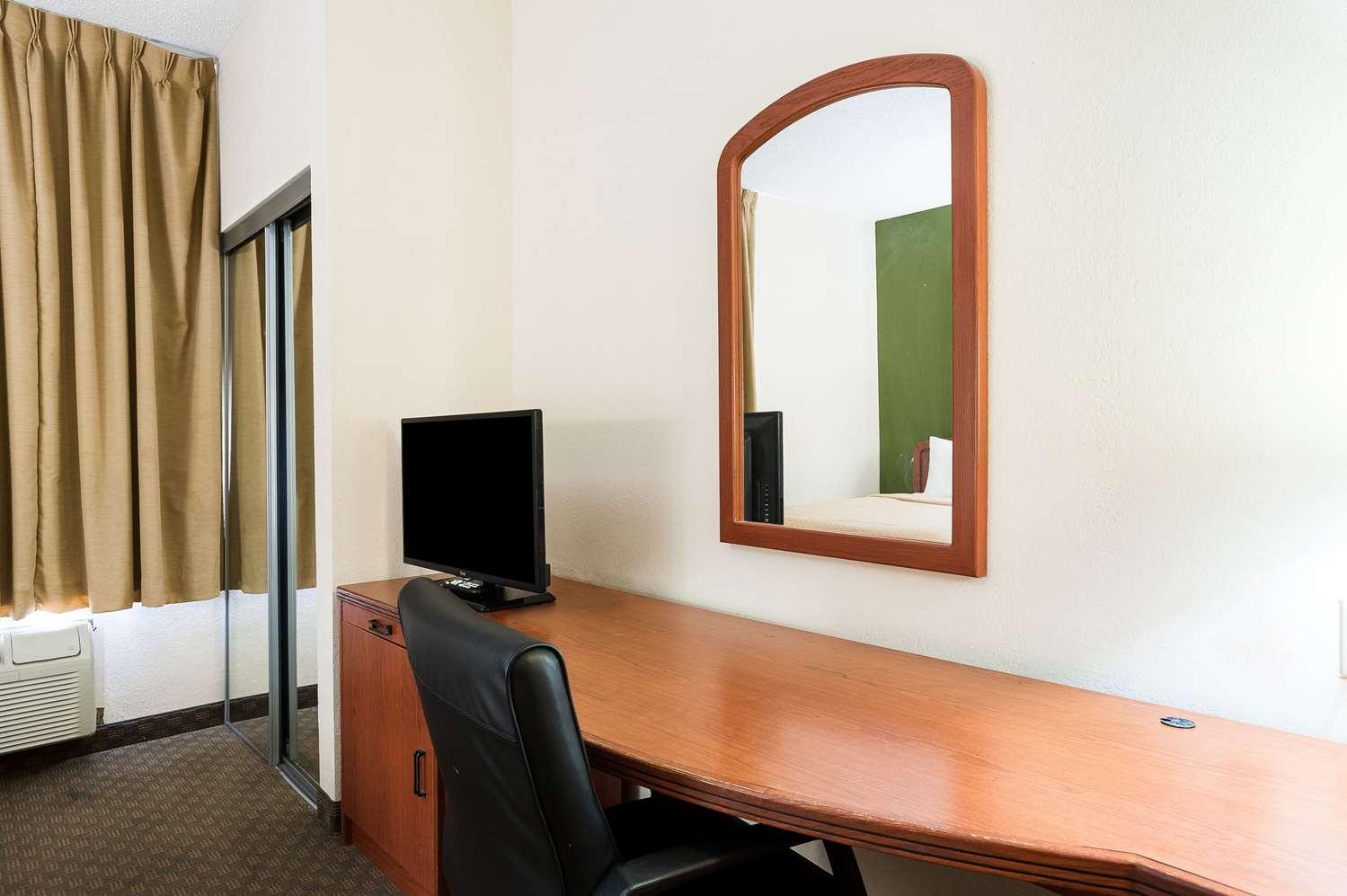 Room - Quality Inn & Suites Lake Charles