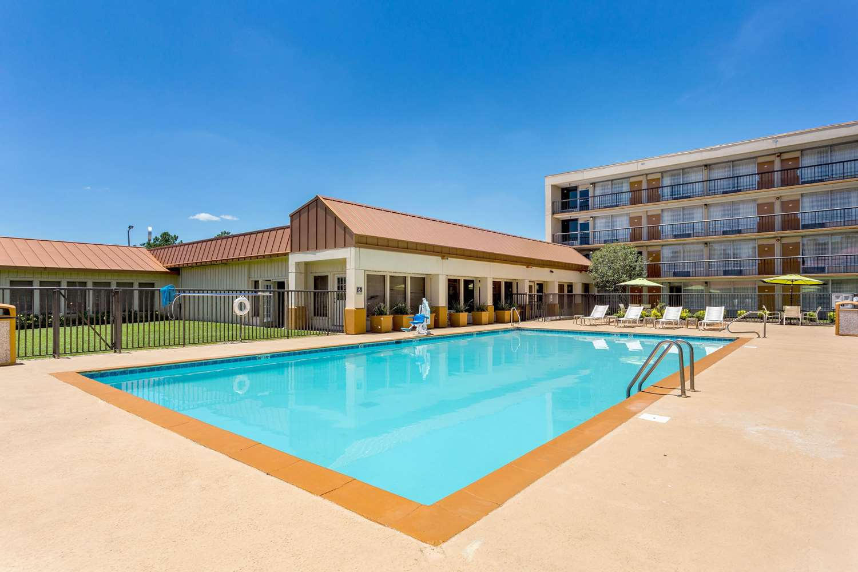 Pool - Quality Inn & Suites Port Allen